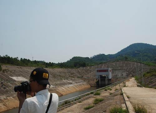 Lưu lượng nước đến hồ 273,9m³/s, thủy điện A Lưới nhận lệnh mở cửa xả ảnh 1