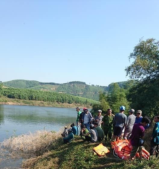 Cơ quan chức năng phối hợp với chính quyền và người dân địa phương nỗ lực tìm kiếm nạn nhân mất tích trong vụ lật ghe trên sông La Ma. Ảnh: HS 