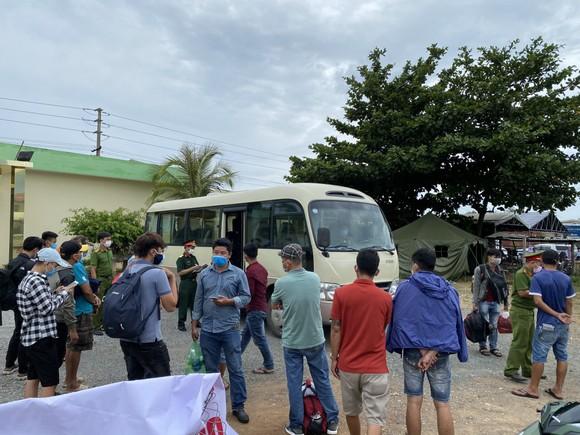 Phát hiện nhóm người đi bộ ven biển từ Đà Nẵng ra Lăng Cô để trốn cách ly ảnh 2