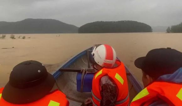 Trực thăng quân đội tham gia cứu nạn vụ sạt lở ở Thừa Thiên – Huế ảnh 2