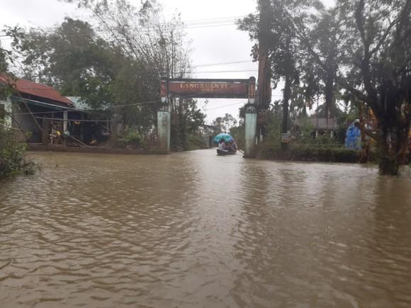 Nhiều khu dân cư Thừa Thiên – Huế trắng xóa trong lũ ảnh 4