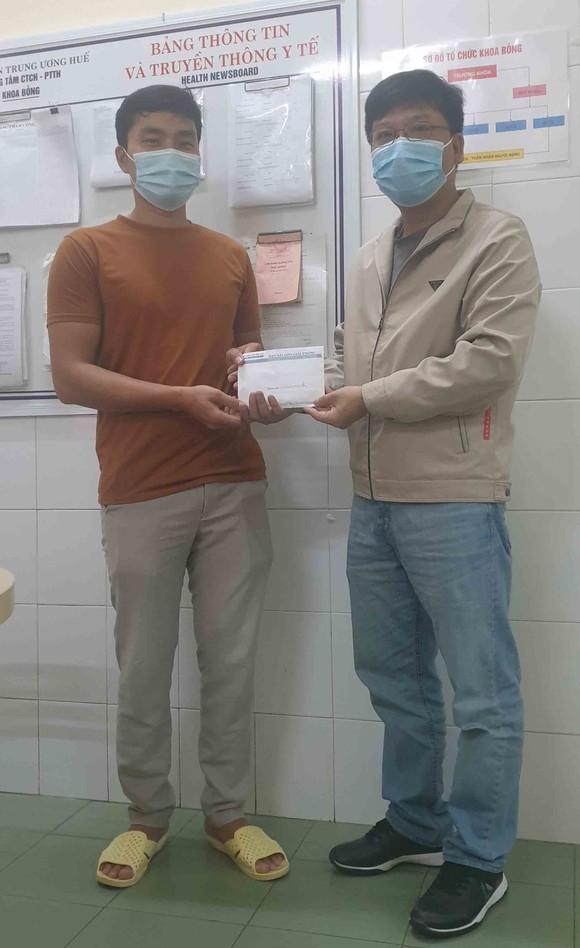 Trao tiền hỗ trợ các hoàn cảnh khó khăn tại Huế, Hà Tĩnh, Quảng Nam ảnh 1