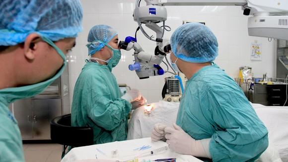 Bác sĩ ở Huế lên tận Gia Lai tiếp nhận giác mạc mang về ghép cho 2 bệnh nhân ảnh 1