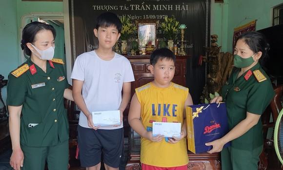 Tặng quà cho con các liệt sĩ hy sinh tại thủy điện Rào Trăng 3 ảnh 1