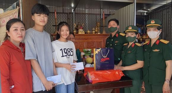 Tặng quà cho con các liệt sĩ hy sinh tại thủy điện Rào Trăng 3 ảnh 3