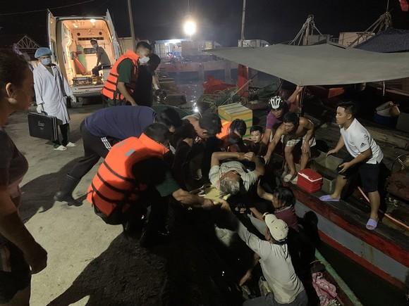 Sà lan đâm chìm tàu cá, 12 ngư dân gặp nạn tại phao số 4 ảnh 2