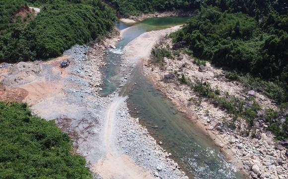 Khảo sát hiện trường trước khi tổng lực tìm kiếm các nạn nhân mất tích tại Thủy điện Rào Trăng 3  ảnh 2