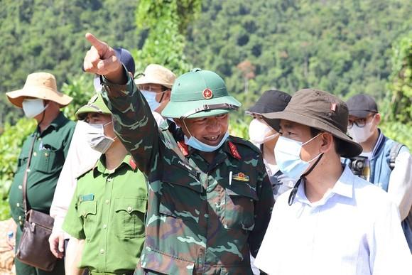 Khảo sát hiện trường trước khi tổng lực tìm kiếm các nạn nhân mất tích tại Thủy điện Rào Trăng 3  ảnh 3