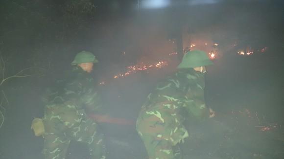 Cháy lớn xuyên đêm trên đỉnh núi Phú Sơn  ảnh 1