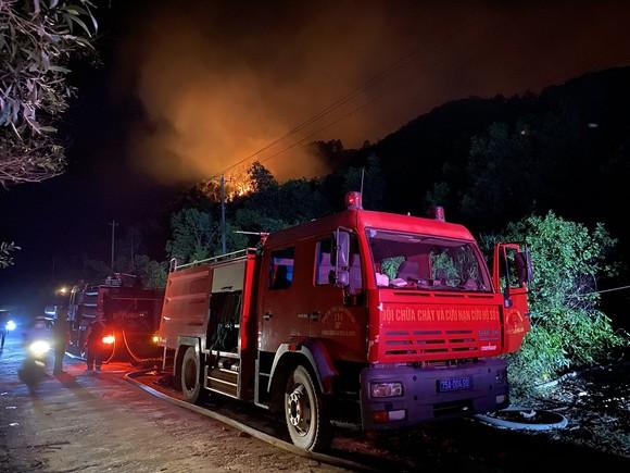 Huy động gần 1.000 người dập lửa rừng thông cháy gần kho K890 Cục Quân Khí ảnh 4