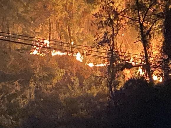 Huy động gần 1.000 người dập lửa rừng thông cháy gần kho K890 Cục Quân Khí ảnh 2
