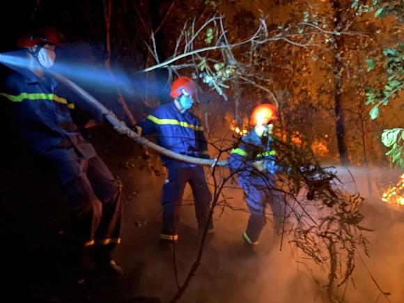 Huy động gần 1.000 người dập lửa rừng thông cháy gần kho K890 Cục Quân Khí ảnh 5