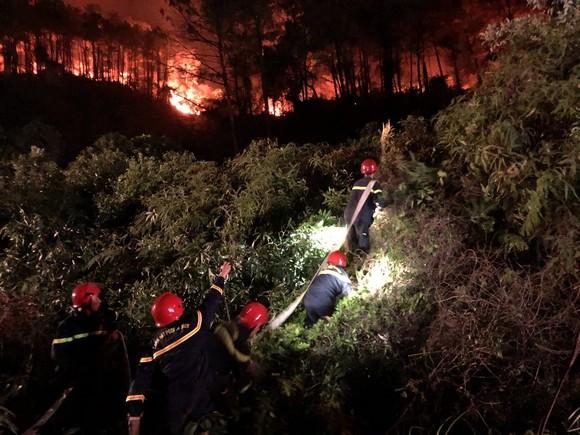 Huy động gần 1.000 người dập lửa rừng thông cháy gần kho K890 Cục Quân Khí ảnh 10