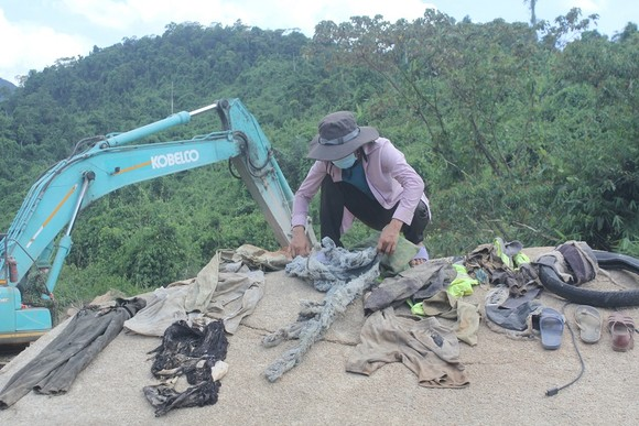Tìm thấy nhiều vật dụng cá nhân của các nạn nhân tại Thủy điện Rào Trăng 3 ảnh 4