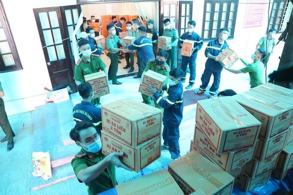 Hàng chục tấn hàng từ Huế vào hỗ trợ người dân TPHCM  ảnh 1