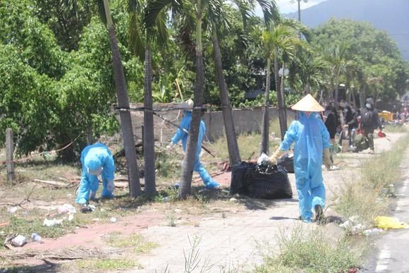 Hàng ngàn người từ miền Nam về Thừa Thiên – Huế vật vờ chờ khai báo y tế ảnh 16
