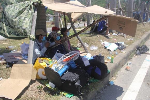 Hàng ngàn người từ miền Nam về Thừa Thiên – Huế vật vờ chờ khai báo y tế ảnh 11