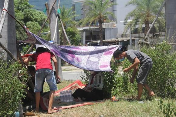Hàng ngàn người từ miền Nam về Thừa Thiên – Huế vật vờ chờ khai báo y tế ảnh 12