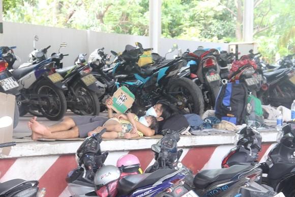 Hàng ngàn người từ miền Nam về Thừa Thiên – Huế vật vờ chờ khai báo y tế ảnh 3