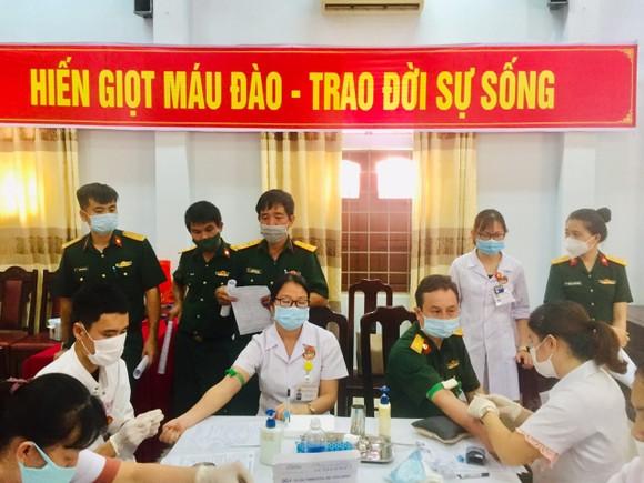 122 y, bác sĩ Bệnh viện Quân y 268 hiến máu tình nguyện ảnh 2