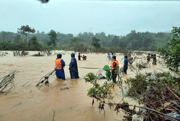 Dùng dây dù vượt lũ sông A Sáp cứu hộ 5 người dân bị cô lập ảnh 1