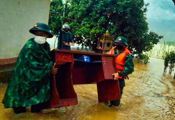 Dùng dây dù vượt lũ sông A Sáp cứu hộ 5 người dân bị cô lập ảnh 2