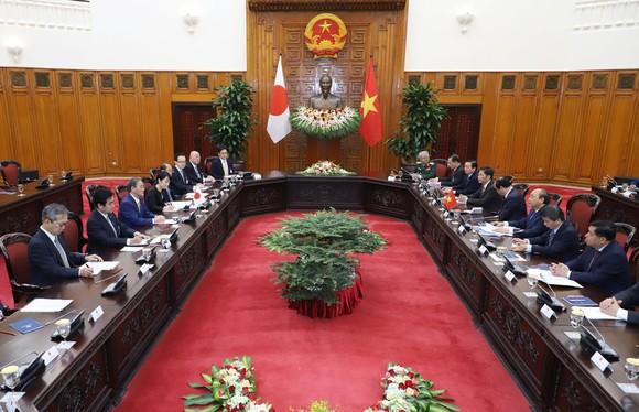 Thủ tướng Nhật Bản bắt đầu chuyến thăm chính thức Việt Nam ảnh 5