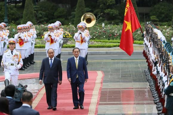 Thủ tướng Nhật Bản bắt đầu chuyến thăm chính thức Việt Nam ảnh 1
