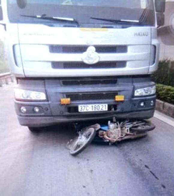 Va chạm giữa xe tải và xe máy, 2 cha con tử vong ảnh 1