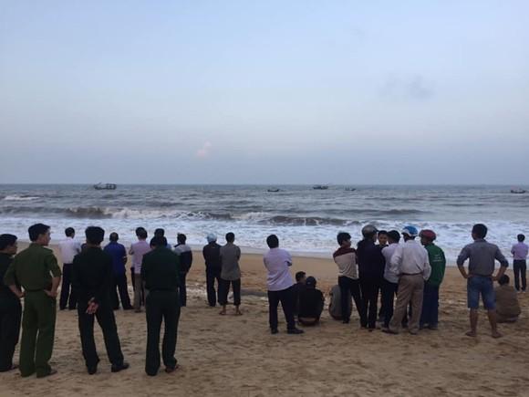 Đã tìm thấy thi thể 1 trong 2 học sinh bị mất tích trên biển Hà Tĩnh ảnh 2