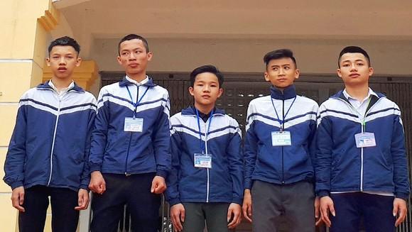 5 học sinh trả lại tiền cho người đánh rơi
