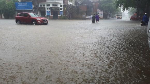 Clip: Mưa trắng trời, nhiều đường phố ở Hà Tĩnh bị ngập chìm trong biển nước ảnh 1