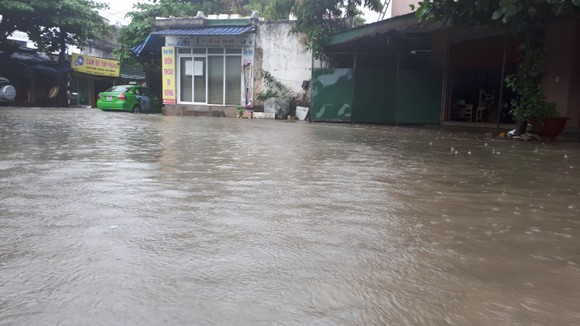 Clip: Mưa trắng trời, nhiều đường phố ở Hà Tĩnh bị ngập chìm trong biển nước ảnh 2