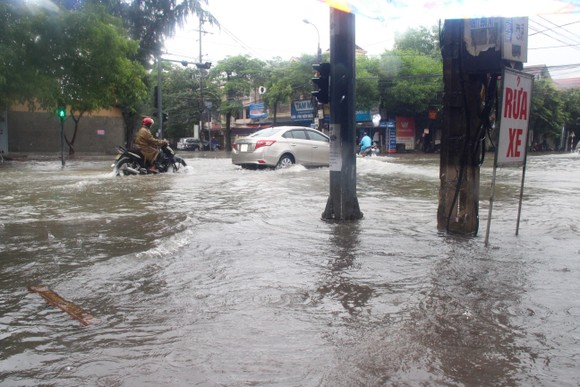 Clip: Mưa trắng trời, nhiều đường phố ở Hà Tĩnh bị ngập chìm trong biển nước ảnh 14