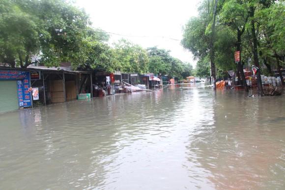 Clip: Mưa trắng trời, nhiều đường phố ở Hà Tĩnh bị ngập chìm trong biển nước ảnh 13
