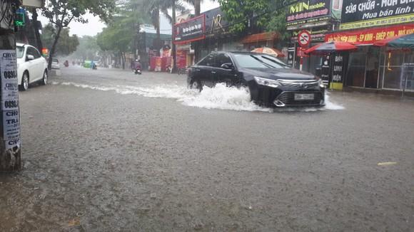 Clip: Mưa trắng trời, nhiều đường phố ở Hà Tĩnh bị ngập chìm trong biển nước ảnh 6