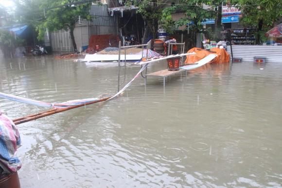 Clip: Mưa trắng trời, nhiều đường phố ở Hà Tĩnh bị ngập chìm trong biển nước ảnh 10