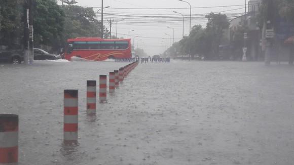 Clip: Mưa trắng trời, nhiều đường phố ở Hà Tĩnh bị ngập chìm trong biển nước ảnh 4