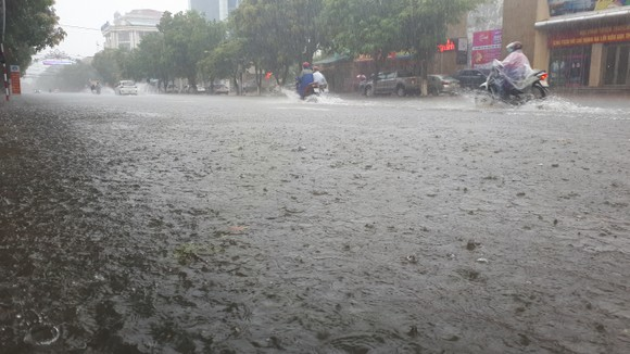 Clip: Mưa trắng trời, nhiều đường phố ở Hà Tĩnh bị ngập chìm trong biển nước ảnh 9