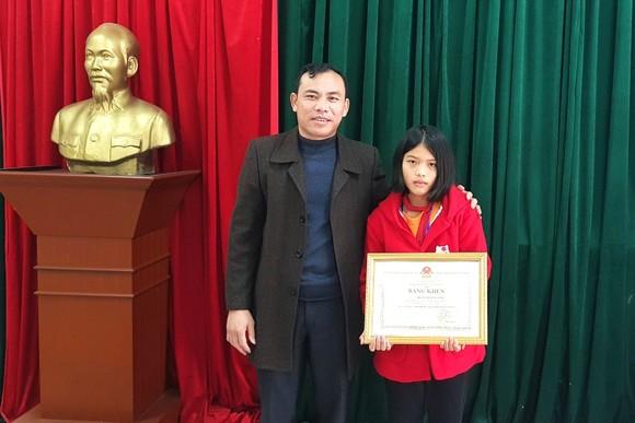 Trao tặng bằng khen cho em Trần Thị Tùng Lâm