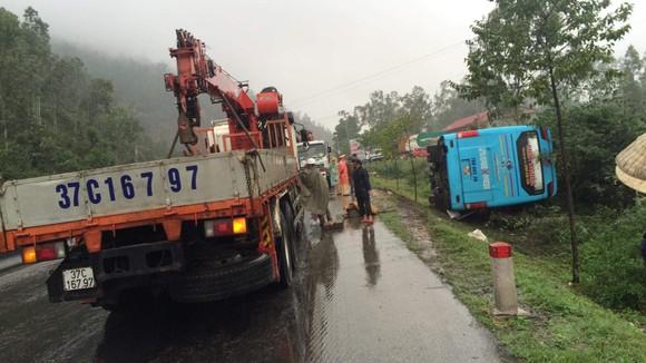 Xe khách né xe tai nạn, bị lật nghiêng, nhiều hành khách may mắn thoát nạn ảnh 3
