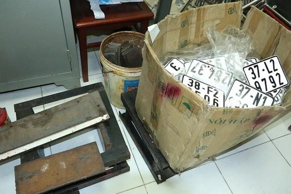 Triệt xóa đường dây làm, sử dụng tài liệu, con dấu giả và buôn lậu ô tô ảnh 1