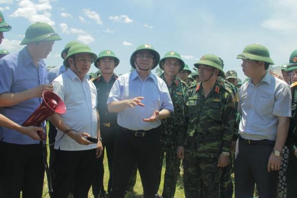 Trưởng Ban Tổ chức Trung ương thăm hỏi, động viên các lực lượng chữa cháy rừng ở Hà Tĩnh ảnh 1