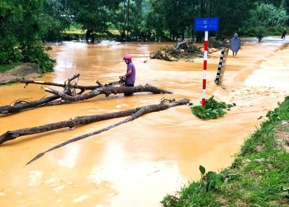 Nhiều địa bàn ở Hà Tĩnh đang bị mưa lũ chia cắt