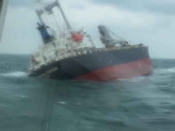 Tàu gặp sự cố trên biển Hà Tĩnh, 18 thuyền viên đã được đưa vào bờ an toàn ảnh 1