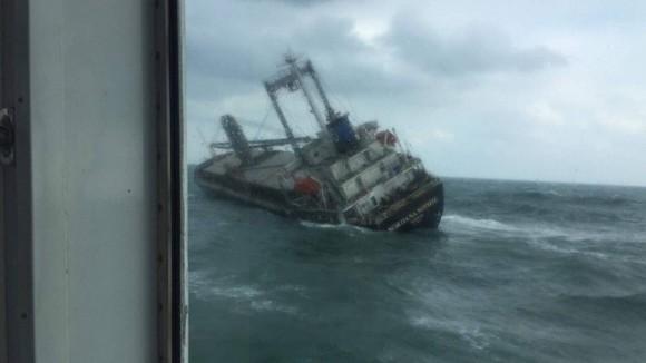 Tàu gặp sự cố trên biển Hà Tĩnh, 18 thuyền viên đã được đưa vào bờ an toàn ảnh 2
