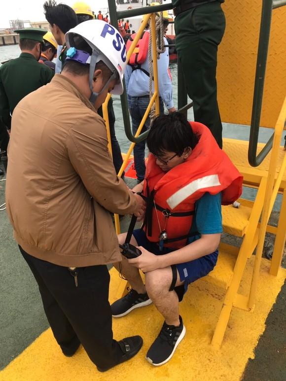 Tàu gặp sự cố trên biển Hà Tĩnh, 18 thuyền viên đã được đưa vào bờ an toàn ảnh 4