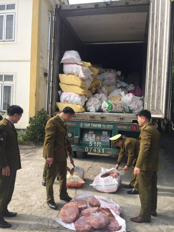 Phát hiện xe container vận chuyển hơn 10 tấn nội tạng động vật bốc mùi hôi ảnh 1