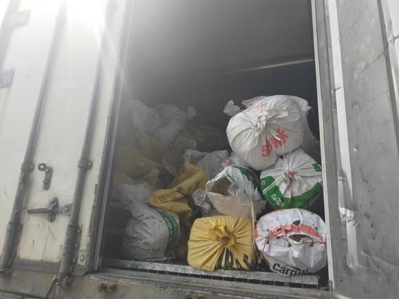 Phát hiện xe container vận chuyển hơn 10 tấn nội tạng động vật bốc mùi hôi ảnh 2