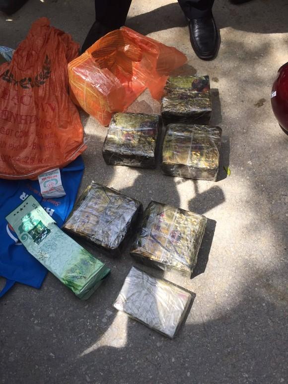 Truy đuổi gần 20km bắt đối tượng vận chuyển số lượng lớn ma túy ở Hà Tĩnh ảnh 1